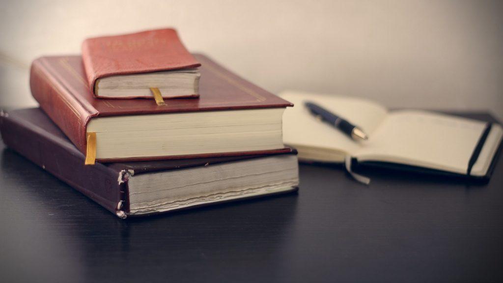 Wissenschaftliche Texte lesen lernen mit dem Lesetagebuch. Im Bild: Ein Stapel von Notizbüchern.