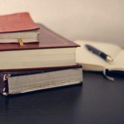 Wissenschaftliche Texte lernen mit dem Lesetagebuch. Im Bild: Ein Stapel von Notizbüchern.