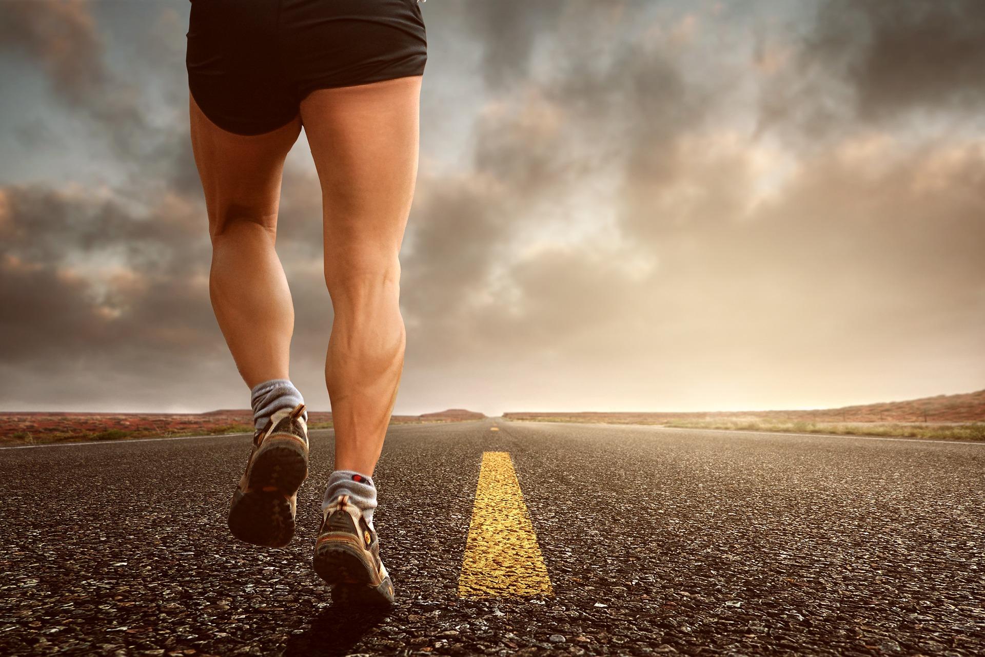 Warum sollten Sie regelmäßig schreiben? Das erfahren Sie hier. Im Bild: Ein Mann, der auf einer Straße joggt.