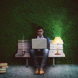 In diesem Artikel zeiche ich Ihnen, welche Zeitformen in wissenschaftlichen Texten korrekt sind. Im Bild: Ein junger Mann auf der Suche nach der richtigen Zeit.
